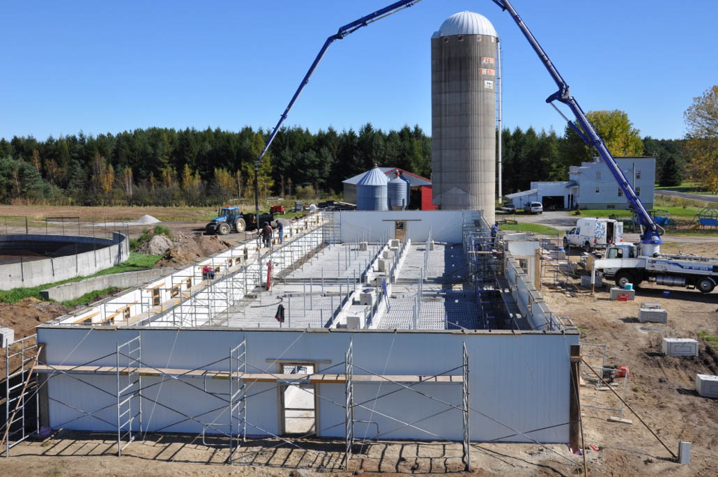 Ferme veaux maxime desmarais dytec construction pvc for Construction piscine zone agricole